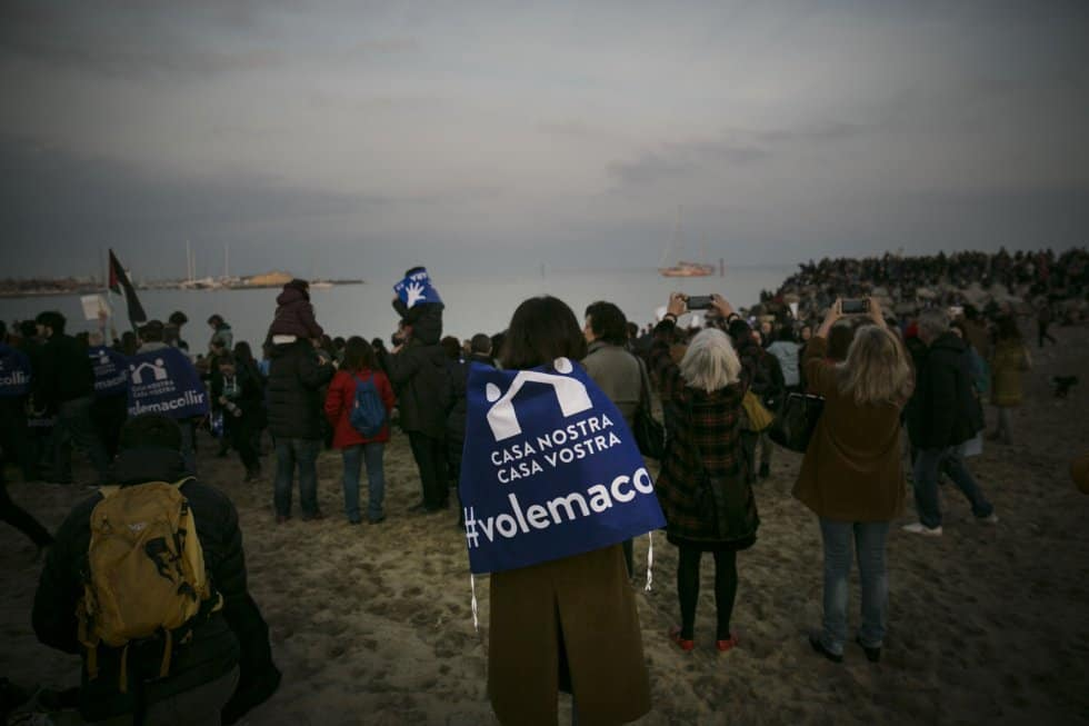 Шествието завърши на брега на Средиземно море, където патрулира и кораб на неправителствена организация, спасяващ мигранти. Снимка: elpais