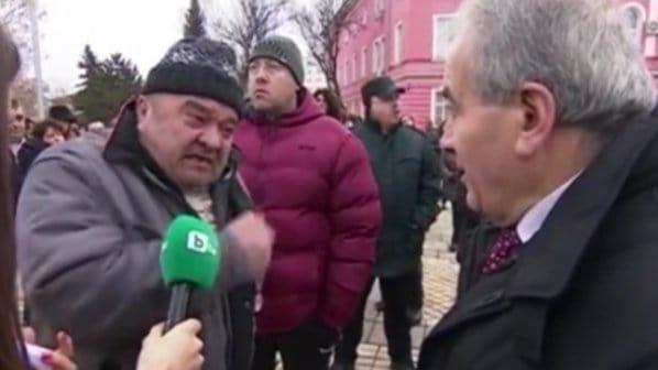 Страсти срещу сирийски заселници на площада в Елин Пелин. Снимка: novini.bg