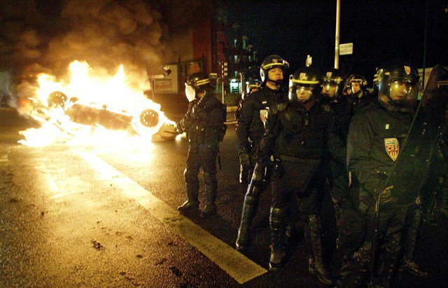 В северните парижки предградия отново горят коли и контейнери, а по улиците патрулира освирквана полиция. Снимка: Туитър