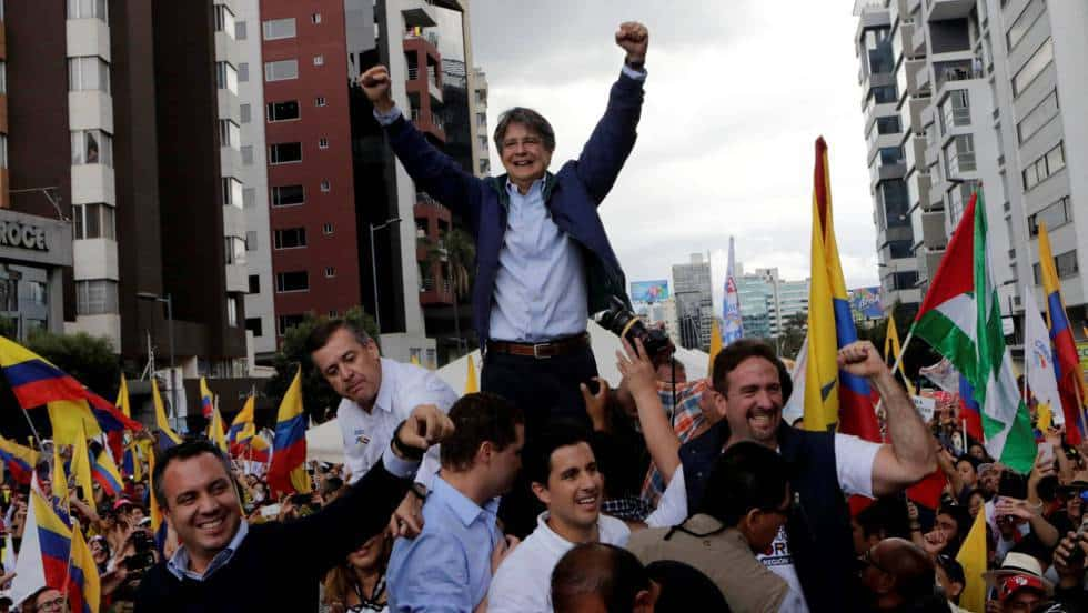 Гийермо Ласо вече приема овации по улиците, убеден, че с общите гласове на опозицията ще победи на балотажа. Снимка: elpais.com