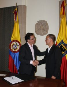 Кметът на Богота Густаво Петро (вляво) назначава през 2013-та Давид Гарсия за ръководител на основаната от баща му филхармония на столицата. Снимка: кметството на Богота