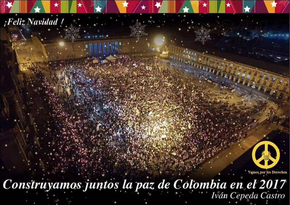 """Този изглед към изпълнения с демонстриращи за мир хора централен площад на Богота беше избран от Иван Сепеда за неговата лична коледна картичка, с която призовава във Фейсбук: """"Да изградим заедно мира в Колумбия през 2017-та"""". Снимка: Фейсбук"""