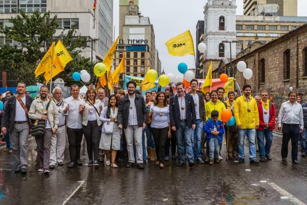 Иван Сепеда (в центъра, с тъмно яке и светли панталони) сред съратници от Демократичния алтернативен полюс. Снимка: сайт на Иван Сепеда