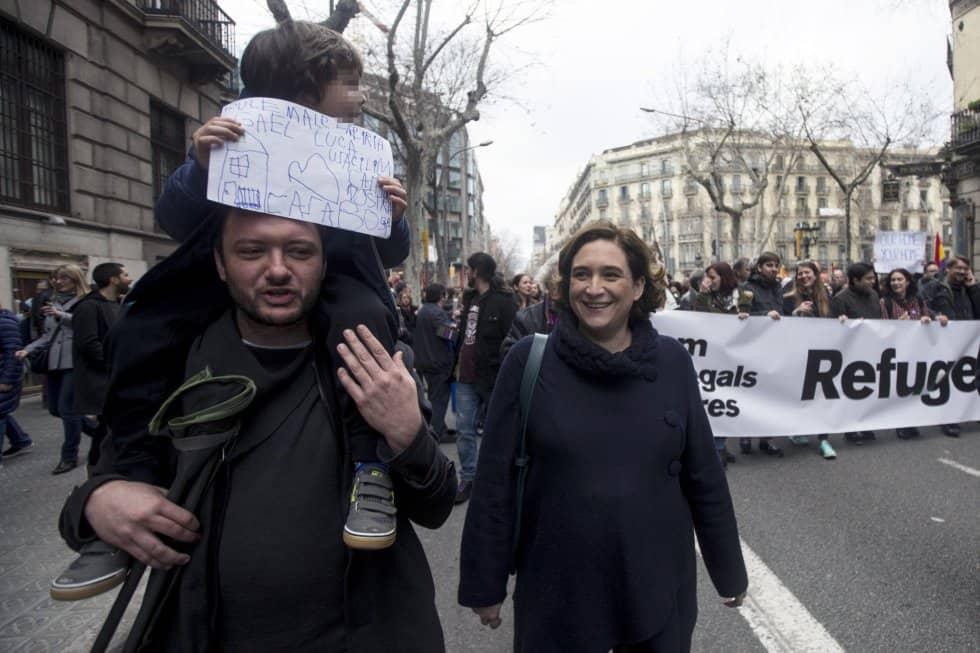Кметицата на Барселона Ада Колау се включи в шествието заедно със семейството си. Снимка: elpais