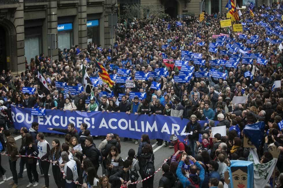 Повечето от плакатите бяха на син фон–цвета на морето, в което продължават да загиват мигранти. Снимка: elpais
