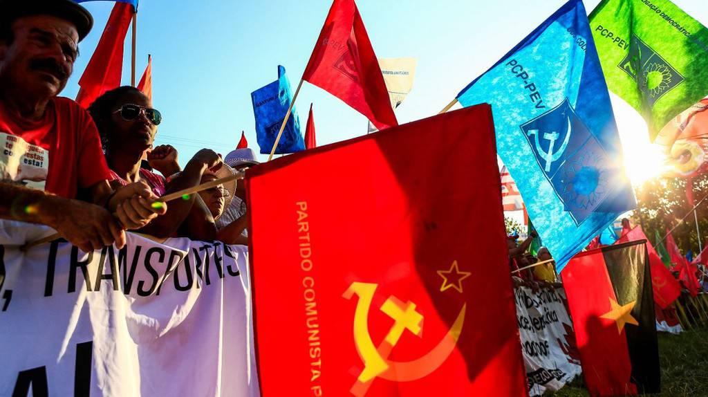 """Дейци на комунистическия синдикат участват в празника на партийното издание на ПКП """"Аванте"""". Снимка: avante.pt"""