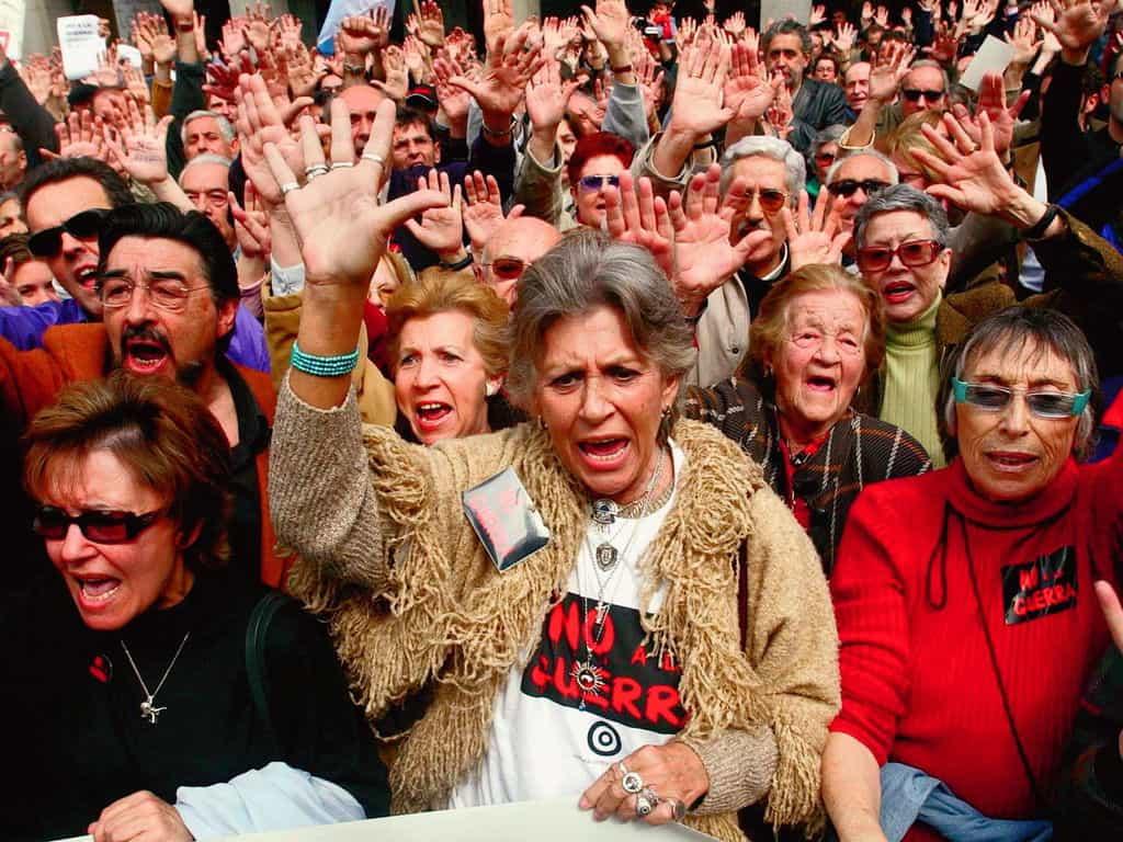 Пилар Бардем (в центъра) по време на антивоенна демонстрация срещу интервенцията в Ирак през 2003 г. Снимка: elespanol.com