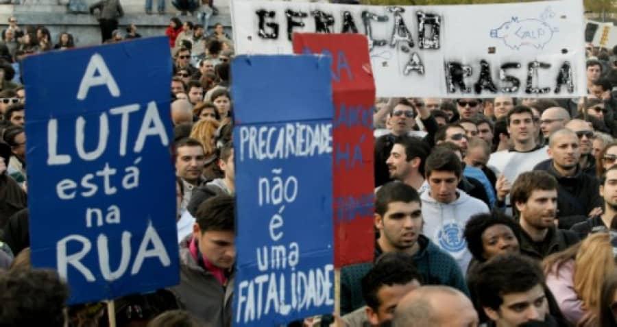 """""""Борбата е на улицата"""" и """"Несигурността днес е фатална"""" пише на два от плакатите на тази демонстрация в Лисабон срещу социалните орязвания. Снимка: avante.pt"""