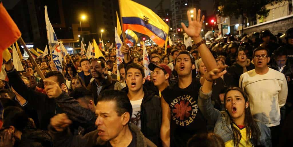 Докато резултатите се бавеха, привържениците на опозицията бяха нахъсвани по площадите от лидерите си, че властта готви изборни измами. Снимка: elpais.com