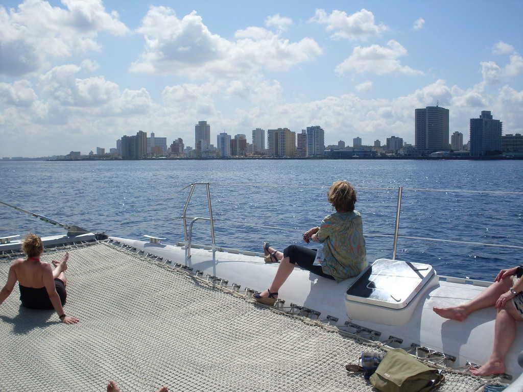 Морските разходки с катамарани край Хавана са едно от любимите забавления на туристите. Снимка: Къдринка Къдринова
