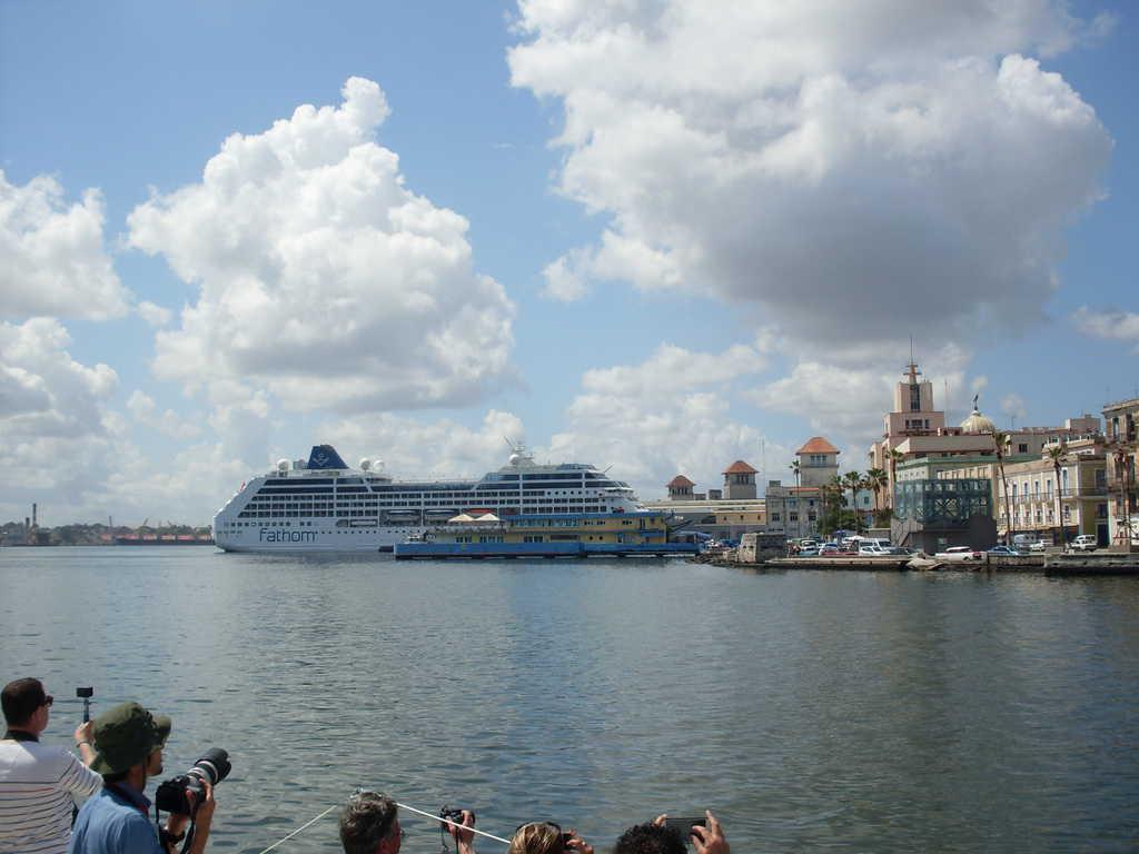 Първият голям американски круизен лайнер от 50 г. насам акостира в пристанището на Хавана през май м.г. А до края на годината корабите от такъв клас от различни страни, избрали Хавана за пристанище-майка, вече са 20. Снимка: Къдринка Къдринова