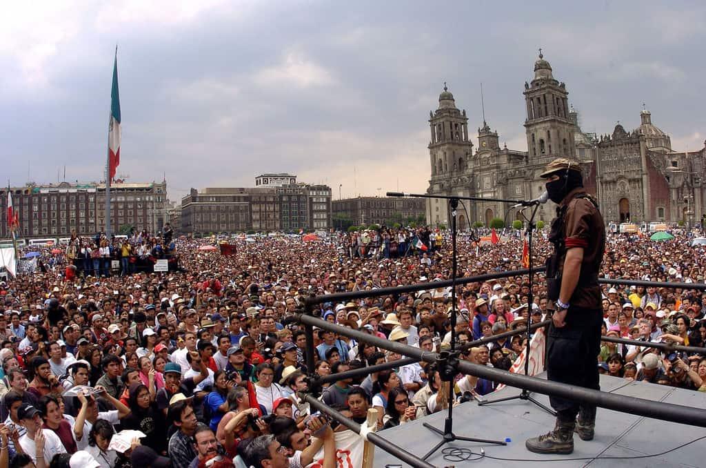 """Една от изявите на Субкоманданте Маркос на централния площад """"Сокало"""" в мексиканската столица. Снимка: http://alertaduesseldorf.blogsport.de/2013/12/"""