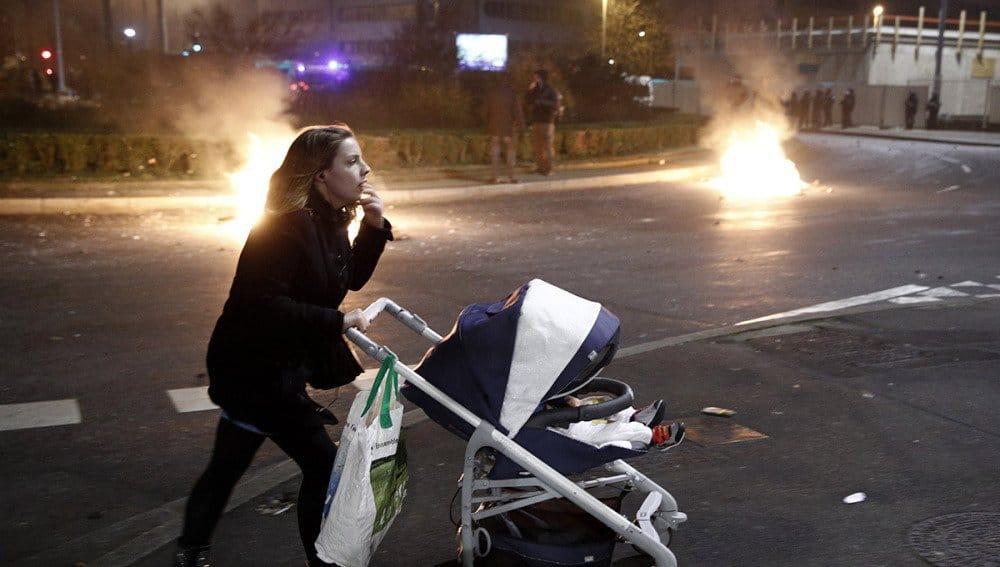 Жителите на предградията се чудят откъде да пазаруват пред затворените или разбити магазини. Снимка: Туитър