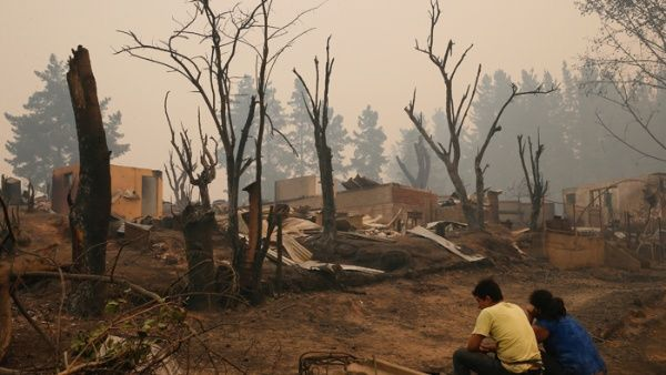 Когато бедствието бъде овладяно, разорените дребни собственици ще трябва да продадат на безценица парцелите си на двата гиганта с тлъсти застраховки. Снимка: telesurtv.net