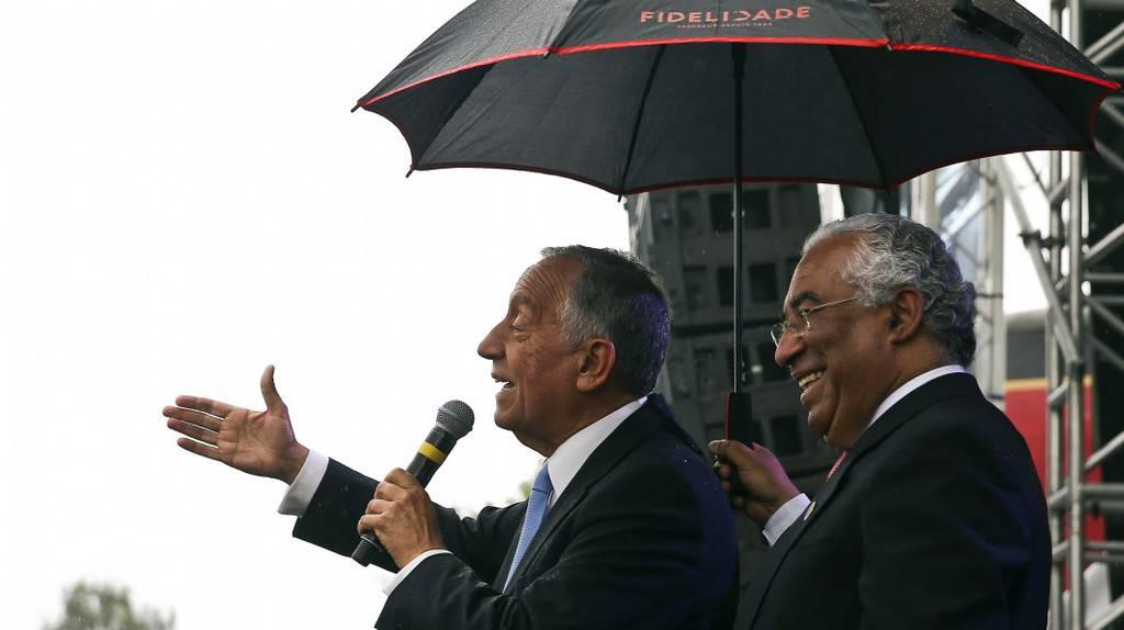 Премиерът Антонио Коща държи чадър над президента Марсело Ребело де Соуза, с когото са в синхрон, въпреки различните си партии. Снимка: delitodeopiniao.blogs.sapo.pt