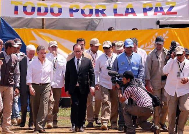 По време на визитата си в Колумбия през януари френският президент Франсоа Оланд посети заедно с домакина и колегата си Мануел Сантос една от зоните, в които ще се концентрират разоръжаващите се бойци на ФАРК. Снимка: архив