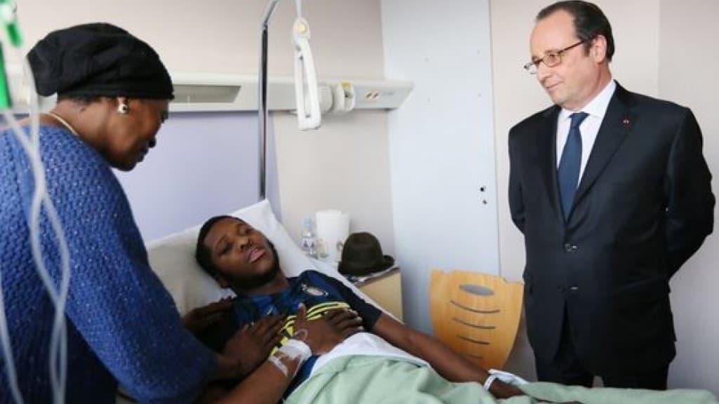 Президентът Франсоа Оланд посети пострадалия Тео в болницата. Снимка: france24