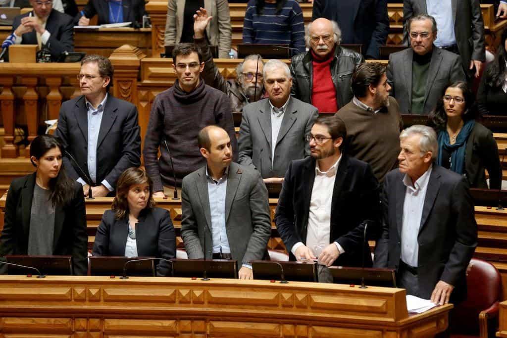 Левите крепители на соцправителството в Лисабон възмутено се противопоставиха в парламента на предложението за намаляване на осигурителната тежест за работодателите. На първия ред втората отляво е Катарина Мартинс, а първият отдясно е Жеронимо де Соуза. Снимка: publico.pt