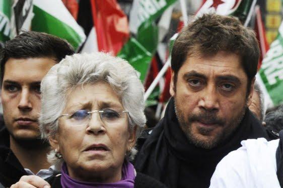 Пилар Бардем и синът ѝ Хавиер на протест в защита на правата на народа от Западна Сахара. Снимка: espagne-enCRISIS