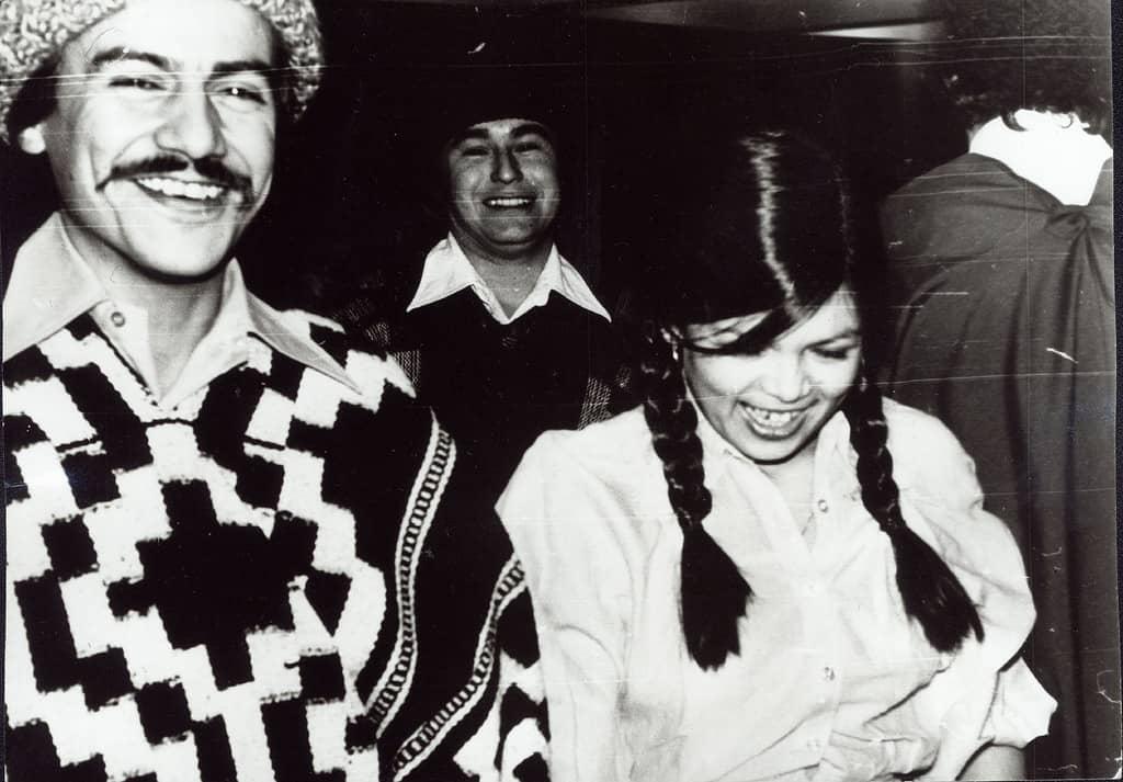Тито и Дорис (на преден план), докарани с чилийски костюми и готови за националния чилийски танц куека–1979 г., Чилийски клуб, София. Снимка: Къдринка Къдринова