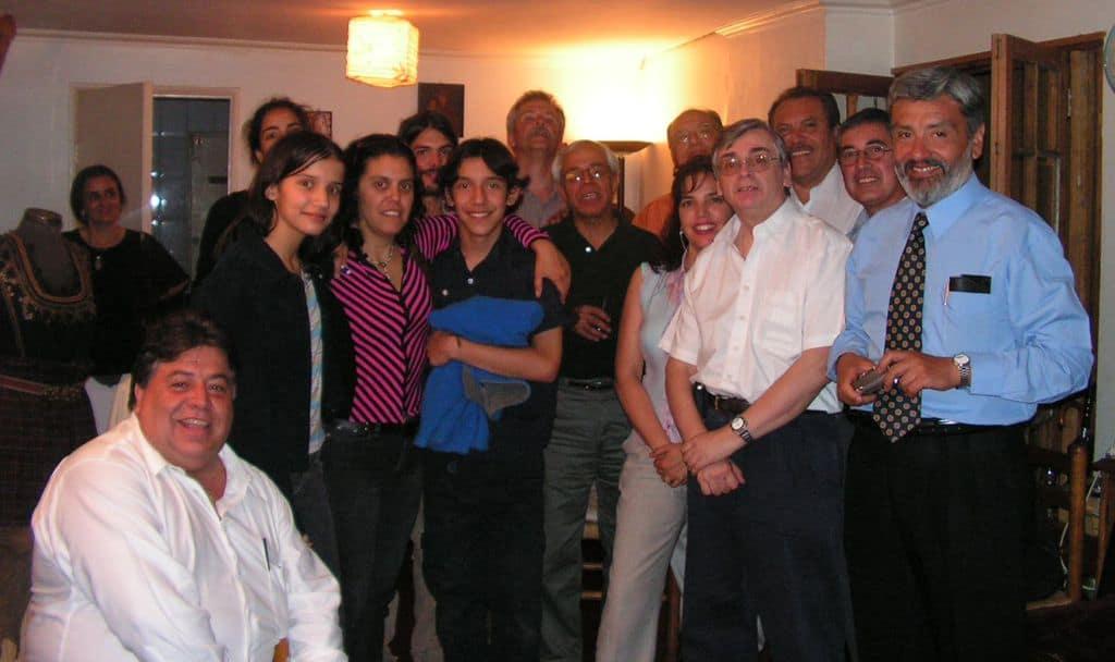 """Януари 2005 г. Българи и """"български"""" чилийци в дома на Иван Цибулка в Сантяго. Карлос Жиро е вторият отдясно на предна линия, с бялата риза. Снимка: Къдринка Къдринова"""