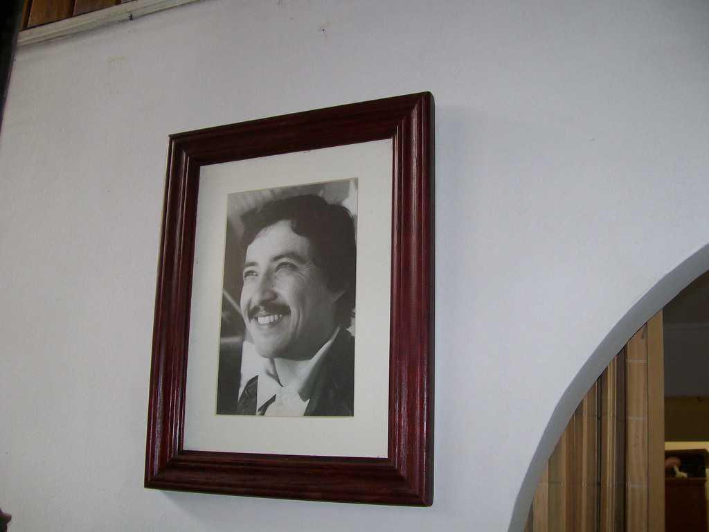 Алберто Корвалан, завинаги на 28 години. Усмихва се от портрет на стената в дома на родителите си в Сантяго, 2008 г. Снимка: Къдринка Къдринова