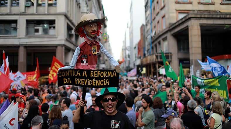 Демонстрация в град Порто Алегре срещу пенсионната реформа. Снимка: telesurtv