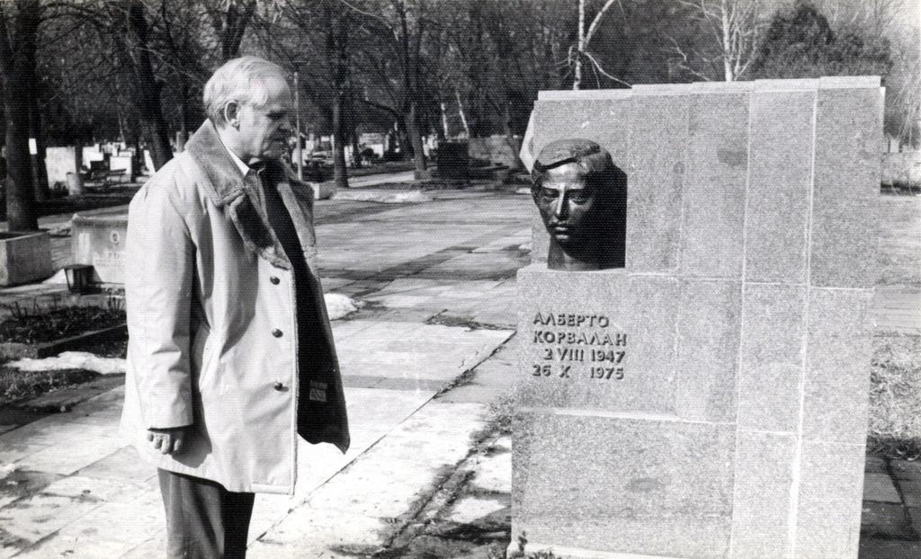 Надгробието на Алберто Корвалан на софийските централни гробища–края на 80-те. След промените у нас тленните му останки бяха пренесени в Сантяго по желание на семейството. Снимка: архив