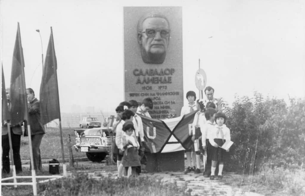Това беше паметникът на Салвадор Алиенде в София, демонтиран по нареждане на кмета Янчулев през 1991 г. и изгубен след това. На тази снимка от 1980 г. край монумента има митинг в чест на посещението у нас на Луис Корвалан и на Ортенсия Буси, вдовицата на Алиенде. Някои от чилийските деца пред паметника, вече пораснали, след години ще рецитират стихове за България пред президента Първанов. Снимка: Къдринка Къдринова