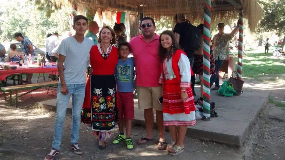 Български носии, чилийско настроение. Снимка: Фейсбук