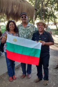 Родният трибагреник бе разпънат на хладина, в един от парковете на потъналия в летни жеги Сантяго (в южното полукълбо сезоните са обърнати). Снимка: Фейсбук