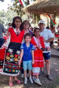 Новите поколения на българо-чилийската дружба с удоволствие носят български носии. Снимка: Фейсбук