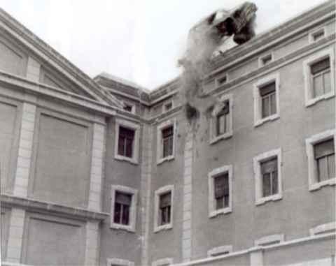Колата на адмирала прелита над покрива на сградата на съседния манастир. Снимка: архив