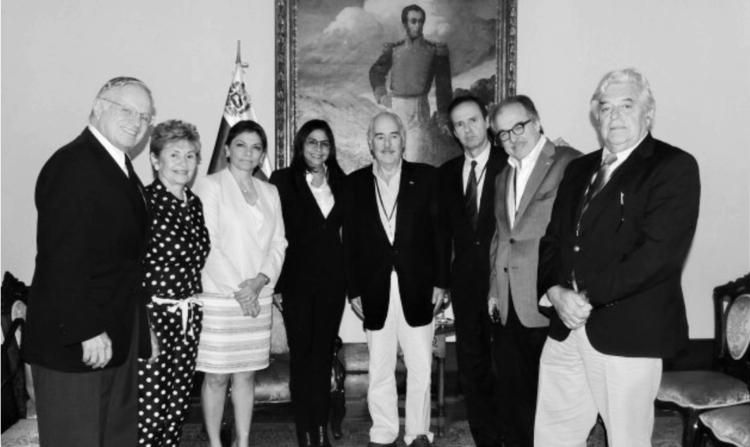 Заради дипломатичността външната министърка на Венесуела Делси Родригес (в центъра, с тъмния костюм) се среща и с експрезидентите от IDEA. Снимка: http://idea-democratica.org
