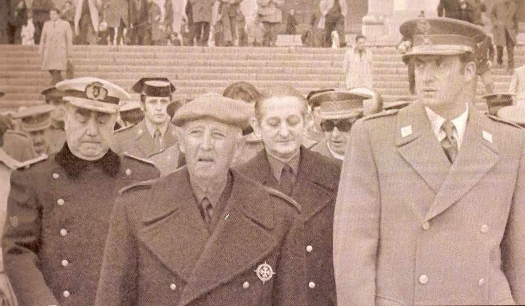 Адмирал Луис Кареро Бланко (вляво, с адмиралска шапка), диктаторът Франсиско Франко (в средата, с баретата) и бъдещият крал Хуан Карлос (крайният вдясно). Снимка: federacion.republicanos.info