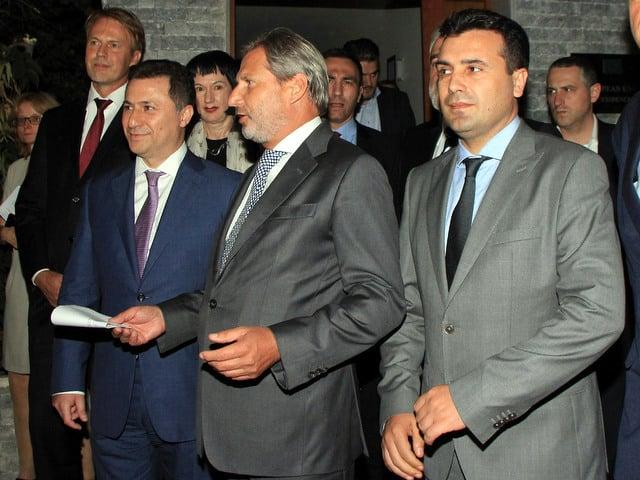 Като не завари в Скопие президента Георге Иванов, Йохънес Хан (в центъра) се задоволи с разговори с Никола Груевски (вляво) и Зоран Заев (вдясно). Снимка: balkaninsight