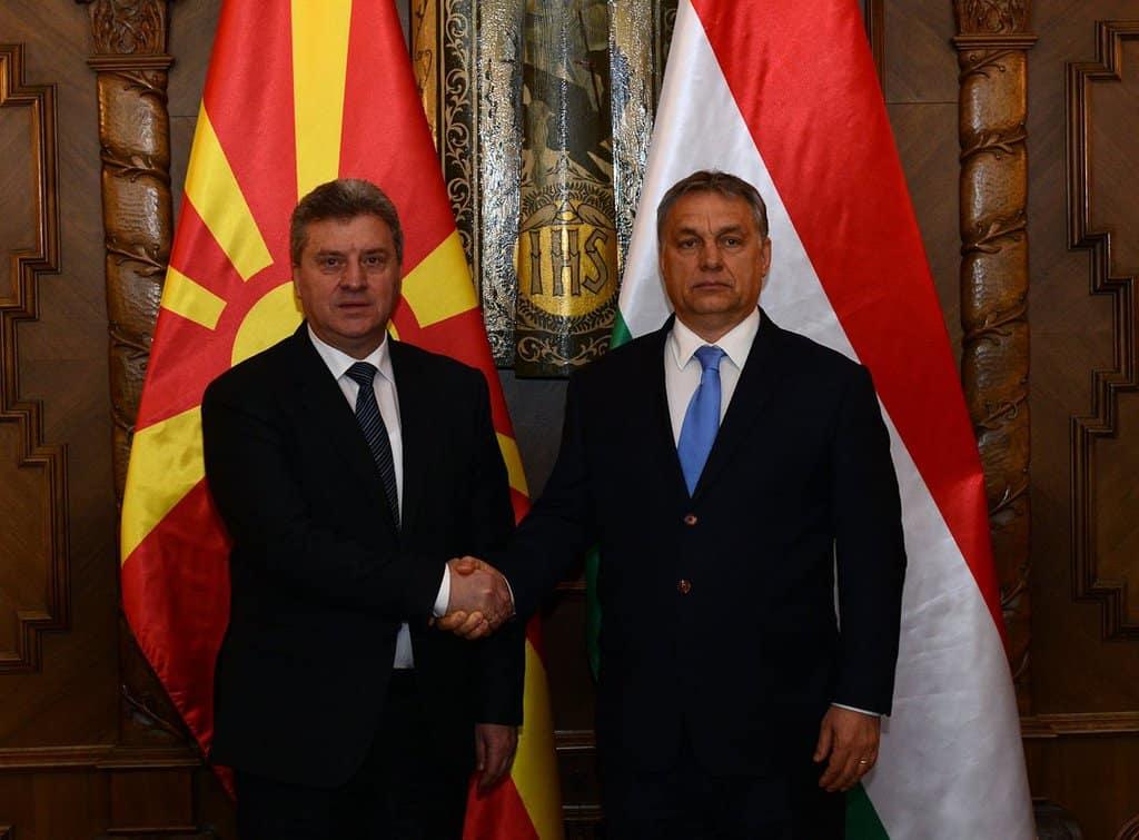 Докато Йоханес Хан търсеше македонския президент Георге Иванов в Скопие, той реши да се позадържи при приятеля Виктор Орбан в Унгария. Снимка: Twitter