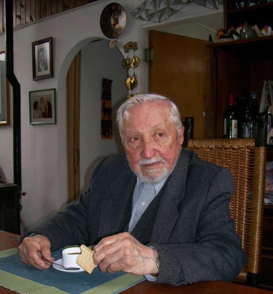 92-годишният Луис Корвалан в дома си в Сантяго през 2008 г. На стената отзад, горе вляво, е портретът на Алберто. Луис Корвалан почина през 2010 г. Снимка: Къдринка Къдринова
