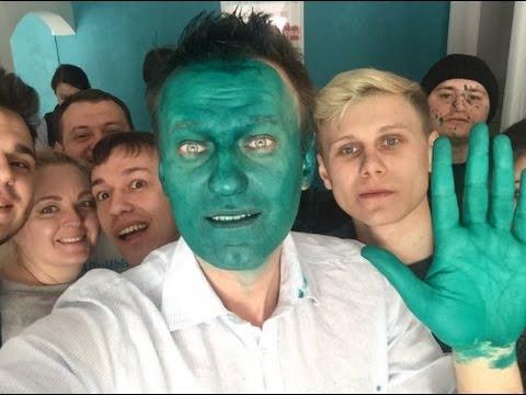 Алексей Навални направи шоу от зеленото си лице–боядиса го цялото, а също и ръцете си и стана герой на младите си фенове. Снимка: YouTube