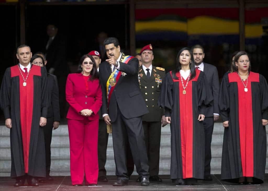 Президентът Николас Мадуро и съпругата му сред членове на Върховния съд. Снимка: elpais.com