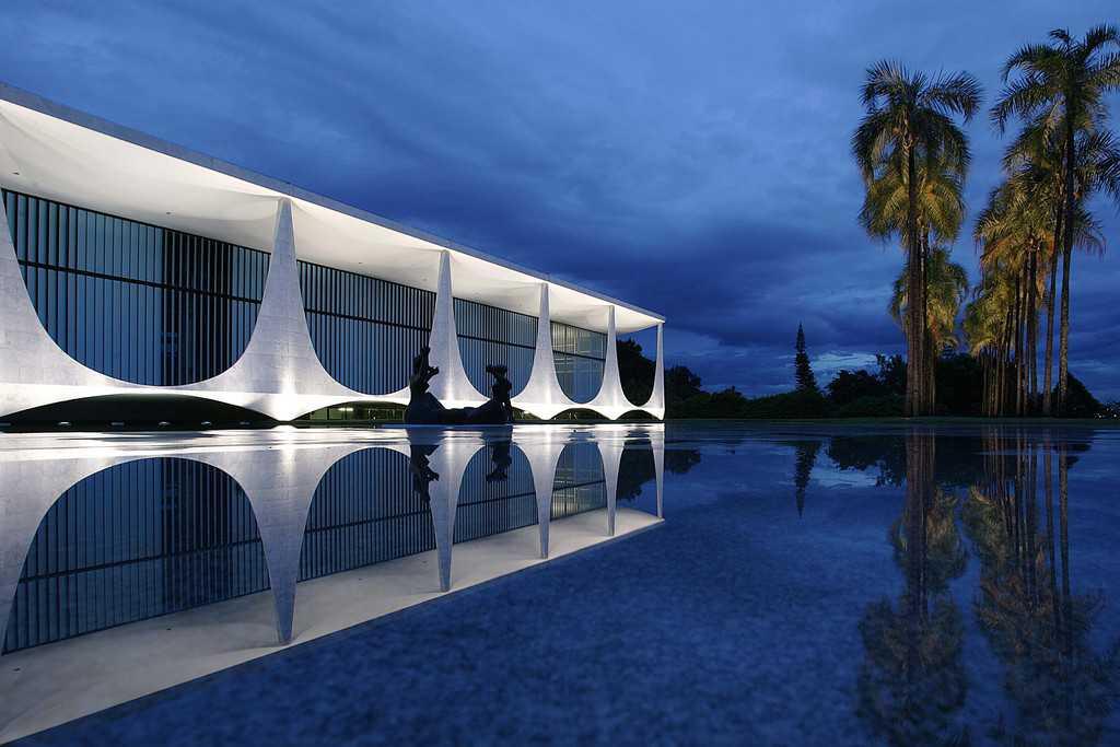"""Президентската резиденция """"Алворада"""" отвън. Както и останалите административни сгради в столицата Бразилия, тази резиденция също е дело на легендарния архитект Оскар Нимаейер. Снимка: Planalto"""