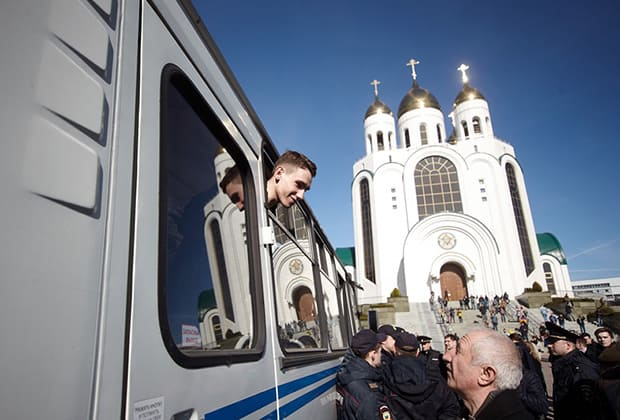 Протести имаше не само в Москва, но и в други градове. Този млад участник, който наднича от полицейската камионетка, е бил задържан на проявата в Калининград. Снимка: Коммерсантъ