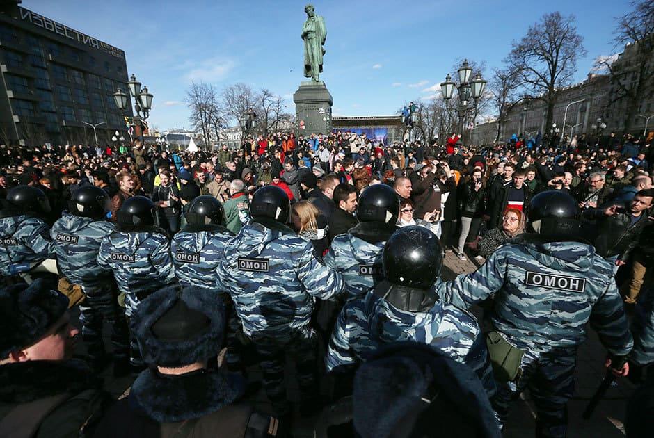 """Момент от противостоенето между демонстрантите и силите на реда на площад """"Пушкин"""" в Москва. Снимка: ТАСС"""