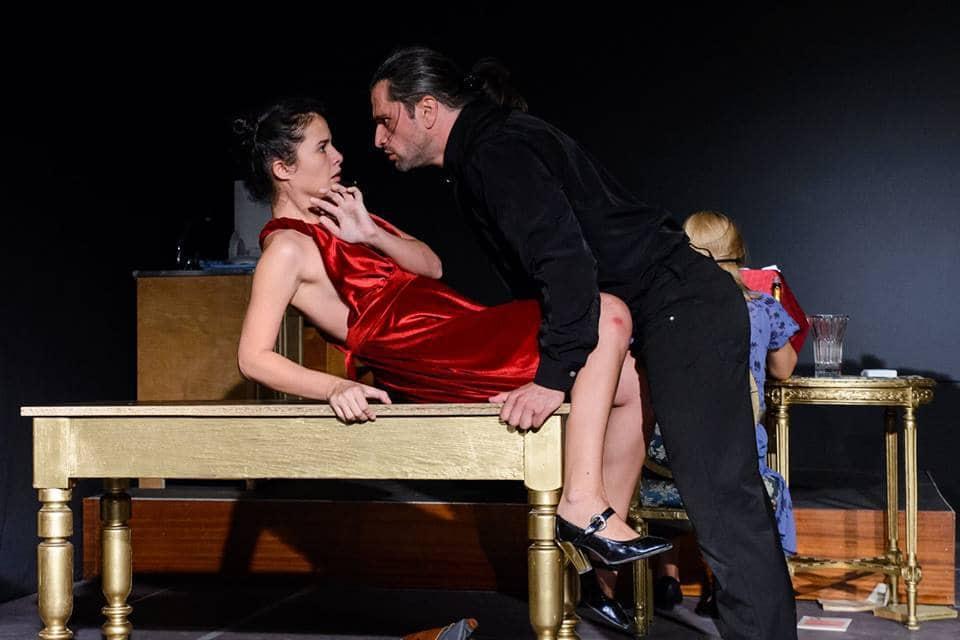 """Сцена от спектакъла """"Шантаж"""" на театър """"Тудор Виану"""" от Гюргево. Снимка: Фейсбук"""