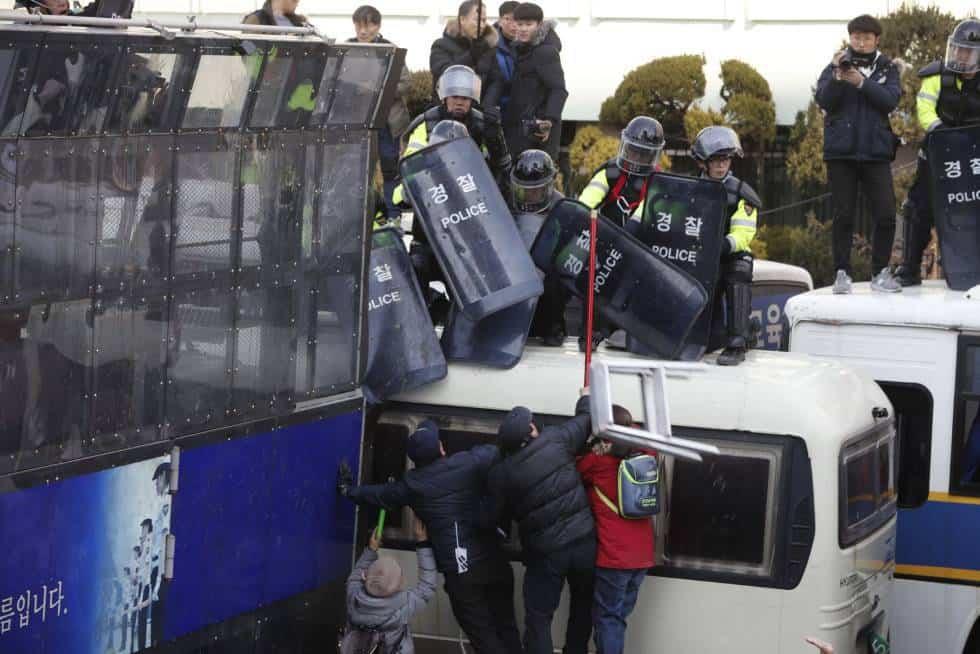 Симпатизанти на отстранената президентка изливат яда си срещу полицаи. Снимка: elpais.com