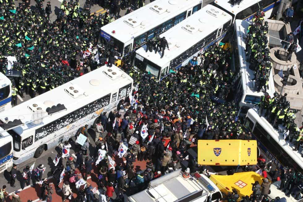 Момент от противопоставянето между полиция и демонстранти днес в Сеул. Снимка: elpais.com