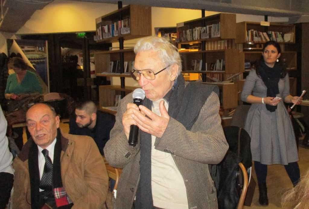 """Анжел Вагенщайн, чиито книги са преведени в Испания, приветства Луис Басат и Висенс Виляторо на премиерата на """"Завръщането на Басат"""" в София. Снимка: Къдринка Къдринова"""