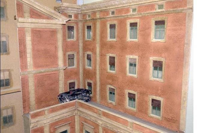Смачканият автомобил пада на калкан на сградата на манастира. Снимката е на макет, който възпроизвежда случая
