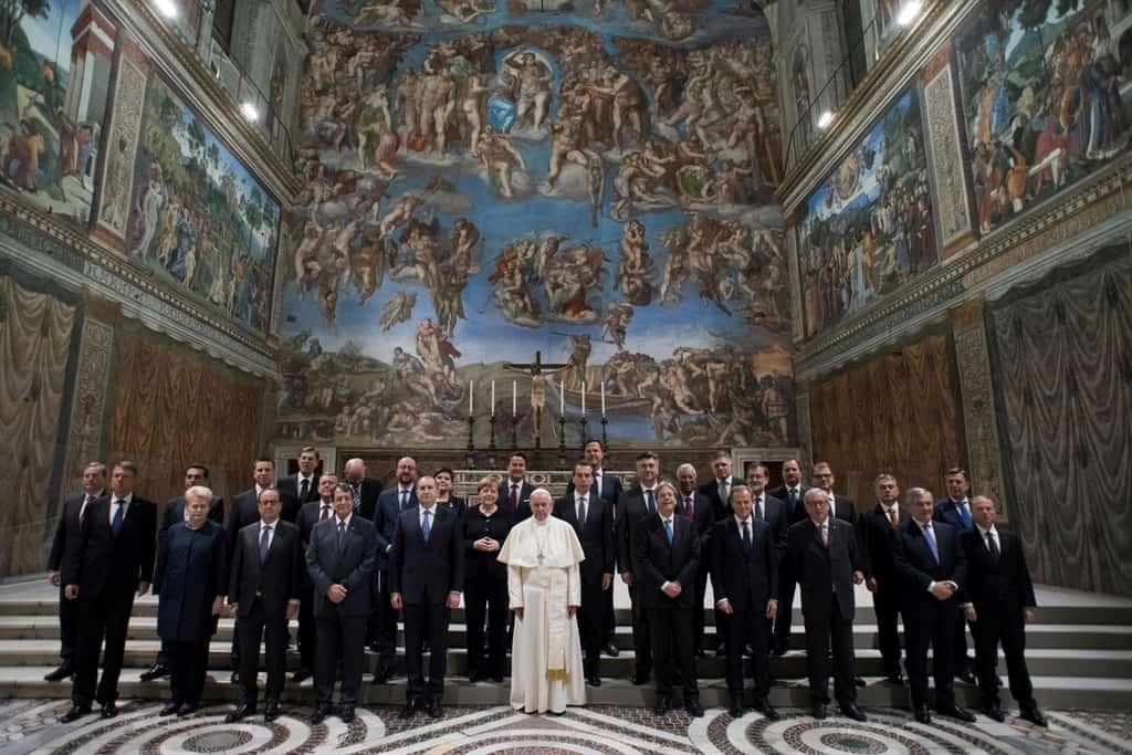 """""""Семейната снимка"""" на лидерите от ЕС с папата пред фреската """"Страшният съд"""" на Микеланджело в Сикстинската капела. Снимка: Osservatore Romano"""