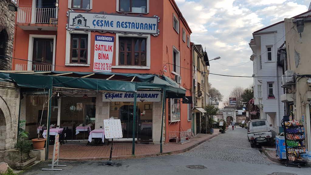 """Икономическите трудности в Турция личат и с просто око–за продан са обявени ресторанти около """"Султанахмет"""" (Голямата джамия) в Истанбул. Снимка: Зорница Илиева"""